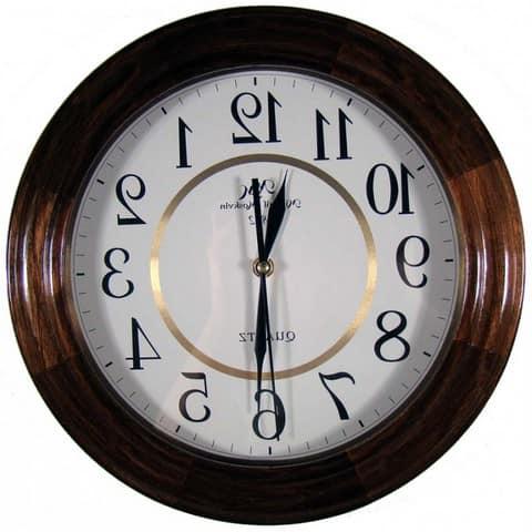 Настенные часы в деревянной оправе в классическом стиле