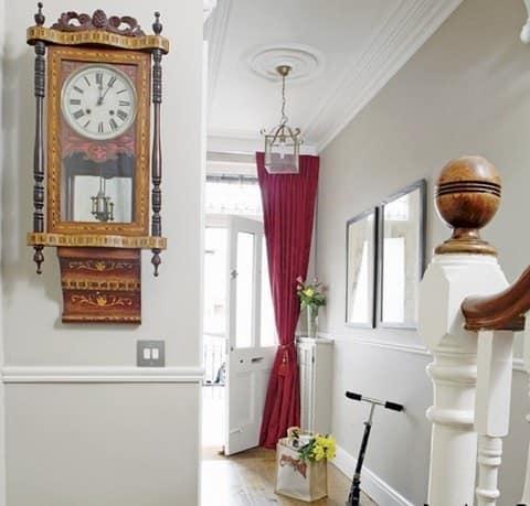 Закрытые настенные часы с боем в деревянном корпусе, декорированные бронзой