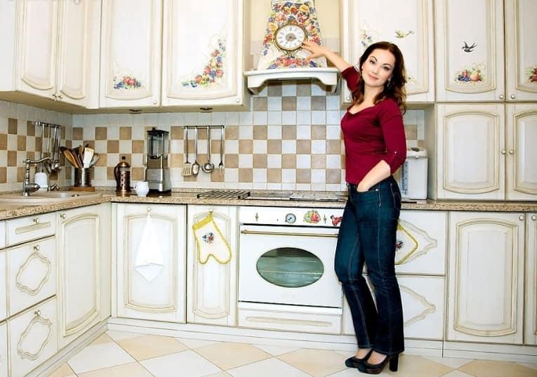 Вытяжка также подойдет, как место для часов на кухне