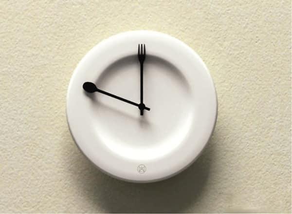 Часы-тарелка для классической кухни в светлых тонахкухни