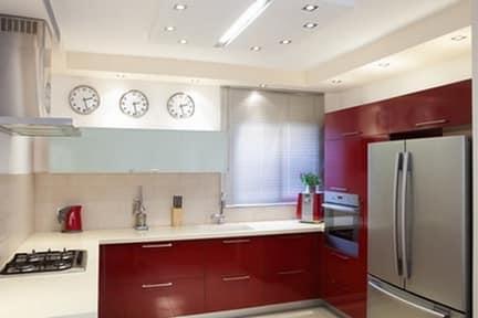 Вариант дизайна с тремя часами на кухне