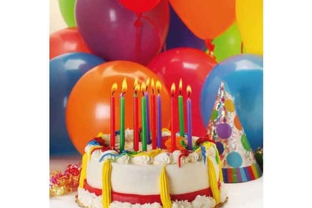 Праздничный торт со свечами