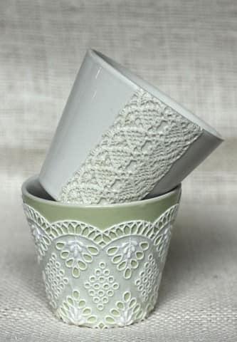 Цветочный горшок, украшенный кружевной тканью