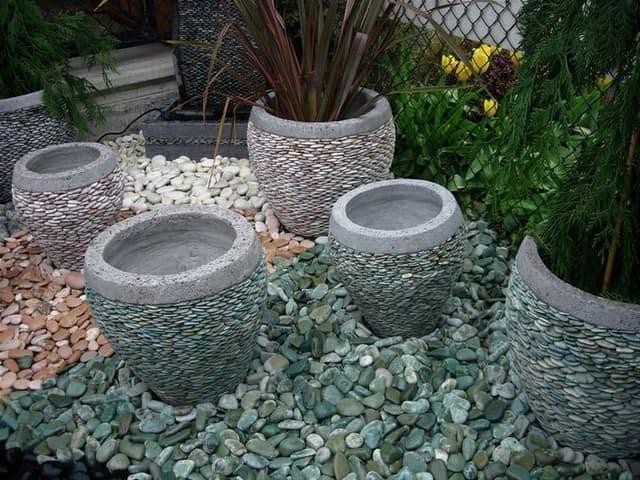 Цветочные горшки, украшенные природными камнями