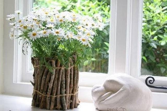 Цветочный горшок, украшенный деревянными палочками