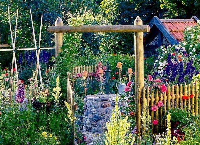 Реальный или декоративный колодец для сада в кантри стиле