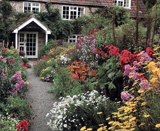 Яркие клумбы с цветами и растения для сада в стиле кантри