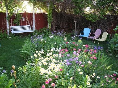 Уютный уголок для отдыха в углу сада у забора фото