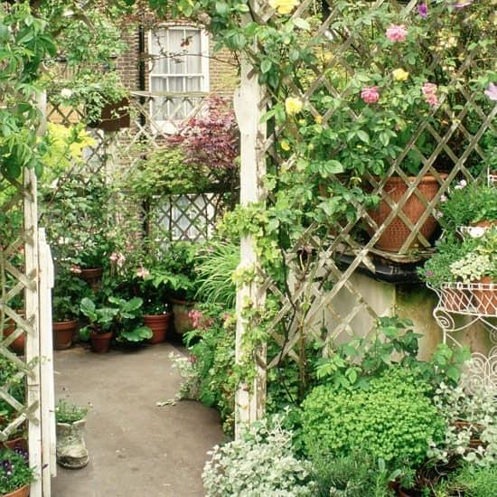 Ограда-сетка для уголка отдыха в маленьком саду