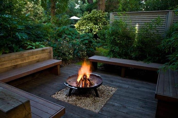 Место для костра в уголке отдыха в саду фото