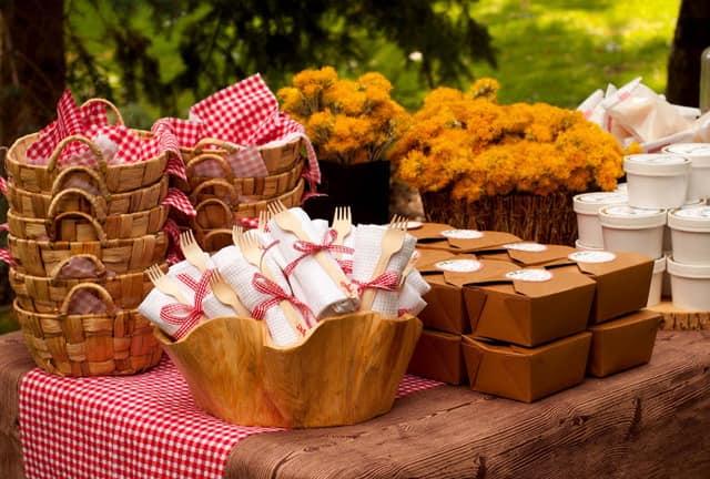 Корзинки вместо тарелок - идеи для сервировки на пикнике
