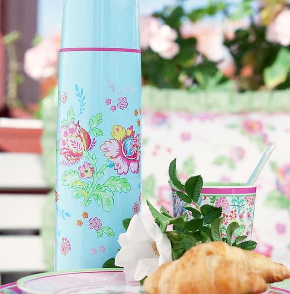 Термос и чашки для сервировки стола на пикнике