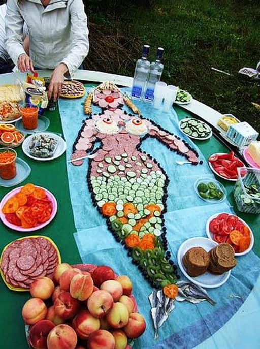 Украшение для стола на пикнике из продуктов