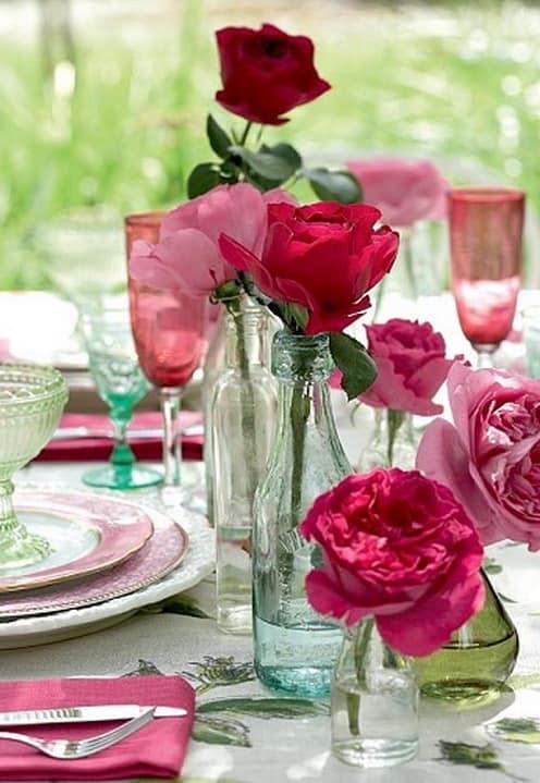 Украшение стола на пикнике - розы в бутылках