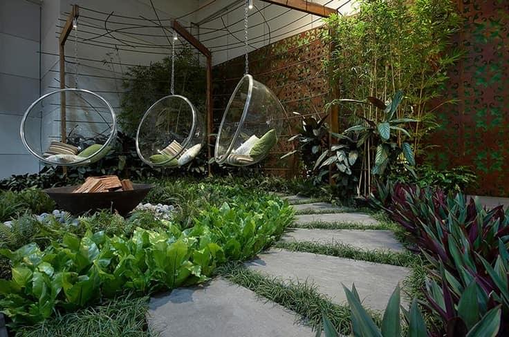 Подвесные кресла для уголка отдыха в саду фото