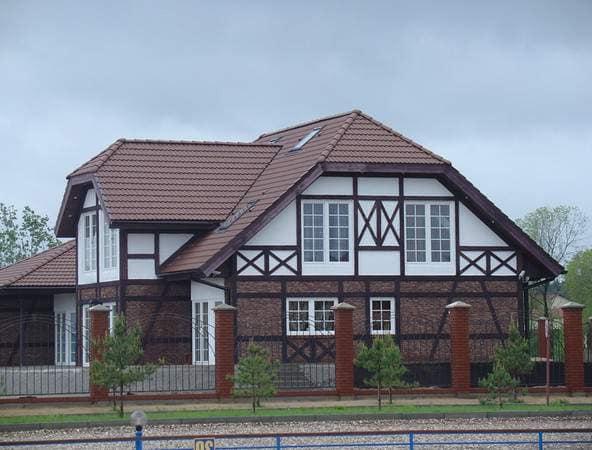 Черепичная крыша, маленькие окна на первом этаже и большие на втором - характерные черты стиля прованс