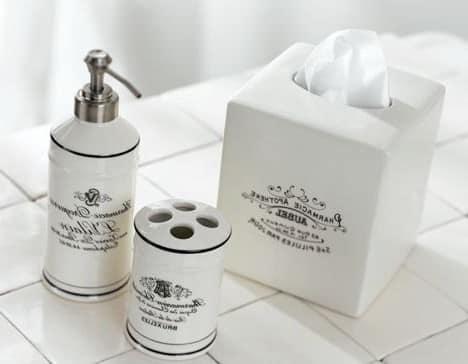 Коробки и флаконы в одном стиле для ванной комнаты