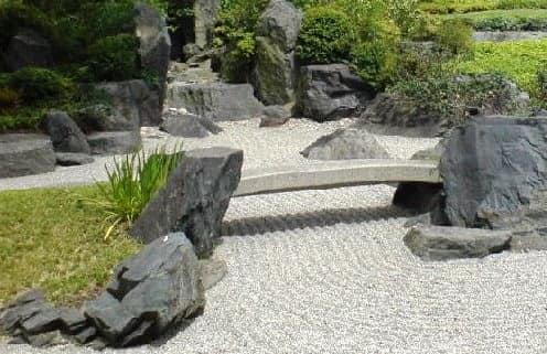 Символический мост в японском саду камней