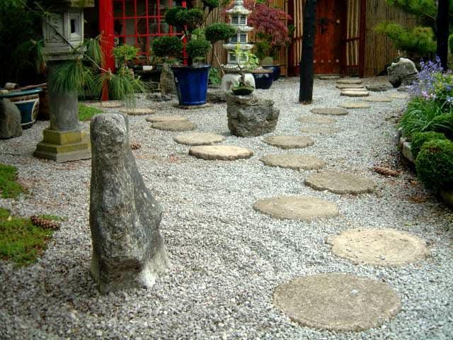 Дорожка из плоских камней в японском саду