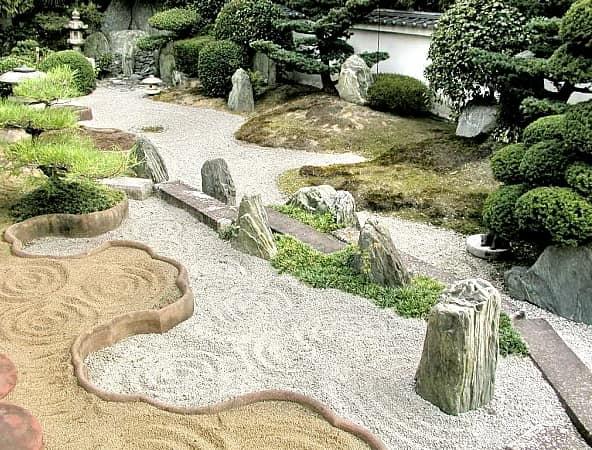 Песок - символ воды в японском саду камней