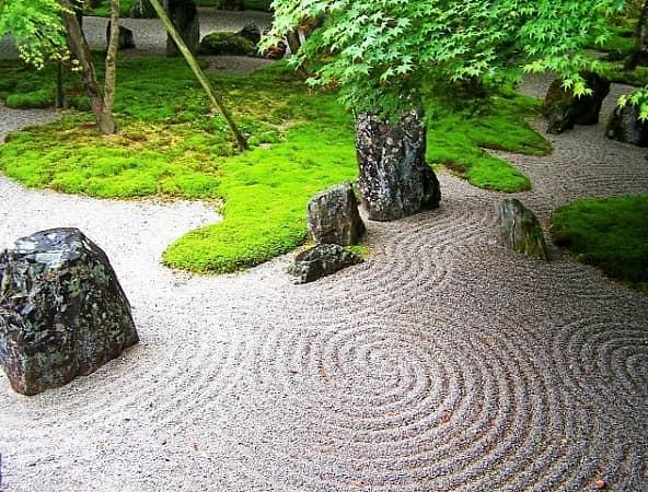 Узоры на песке в японском саду камней