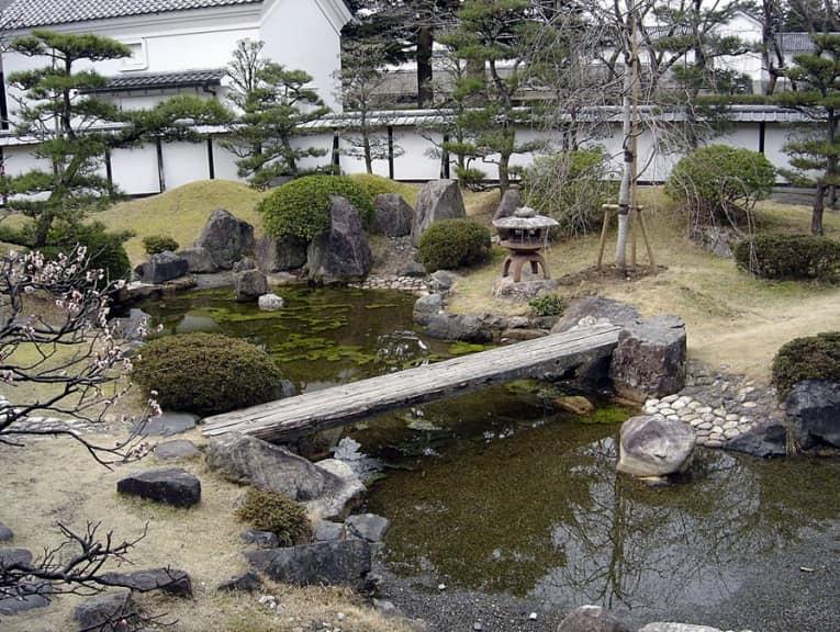 Мост и водоем в японском саду камней