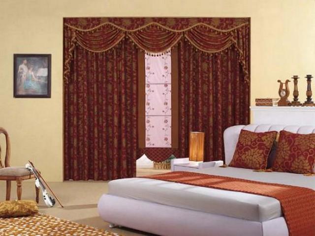 Плотные портьеры в сочетании с рулонными шторами для спальни