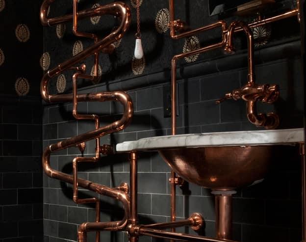 Трубы придают стенам механистическую сущность