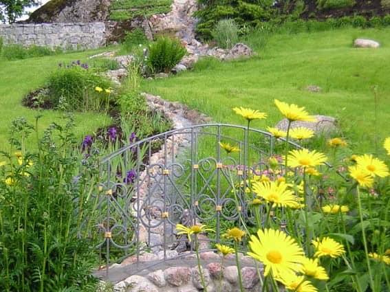 Мостик и цветы для украшения сухого ручья фото
