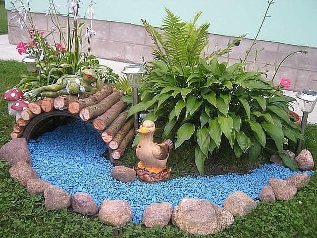Украшаем сухой ручей: синие камни для воды, фигурка уточки, мостик, берега из камней и растения