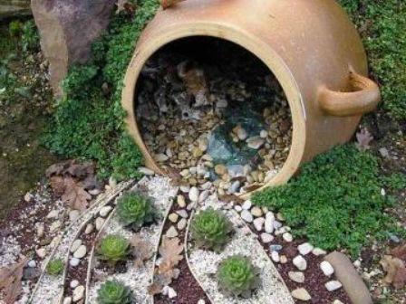 Сухой ручей, вытекающий из глиняного горшка фото
