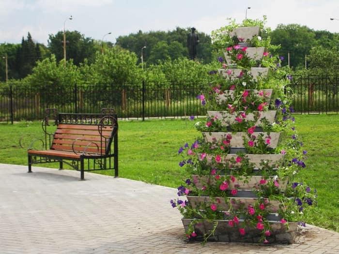Вертикальная клумба с цветами: пирамида