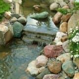 Камень в водопаде