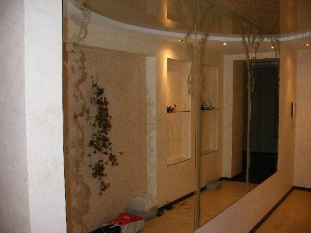 Отделка стены прихожей зеркальным полотном