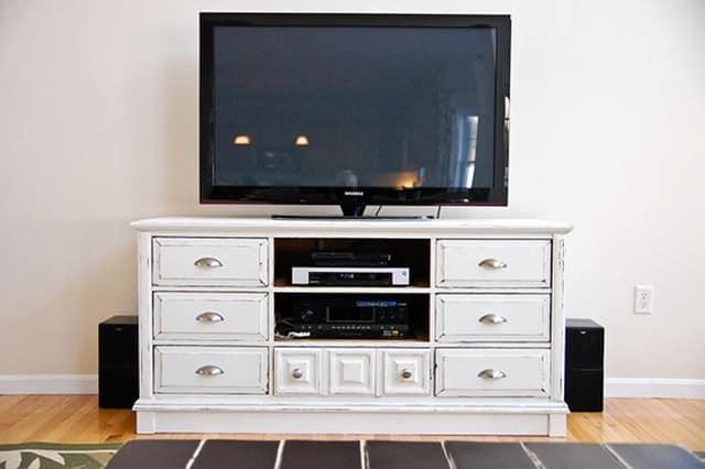 Комод можно использовать как тумбу под телевизор