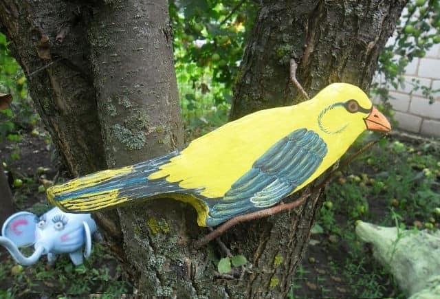 Птица для декора дерева, выполненная из плоского куска пенопласта