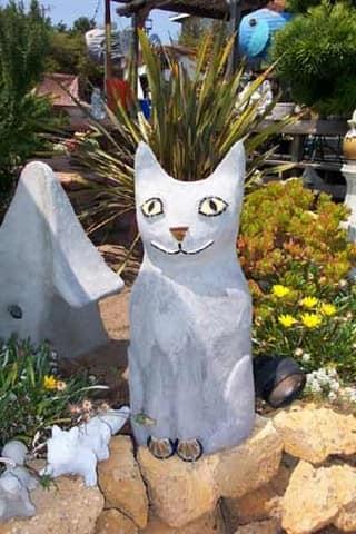 Поделка из пенопласта в виде кошки для декора дачного участка