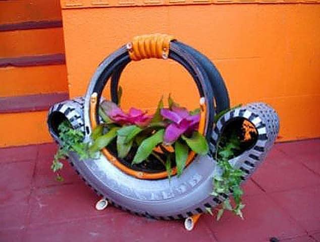 Оригинальная поделка из автомобильной покрышки в виде корзины для цветов