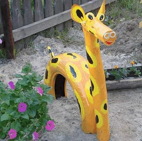 Забавный жираф из автомобильной шины и деревянного бруска