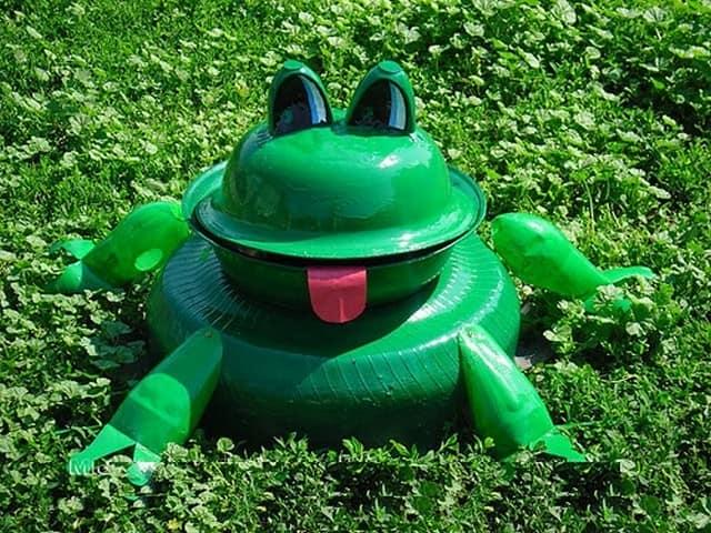 Сказочная лягушка из старой покрышки и тазика