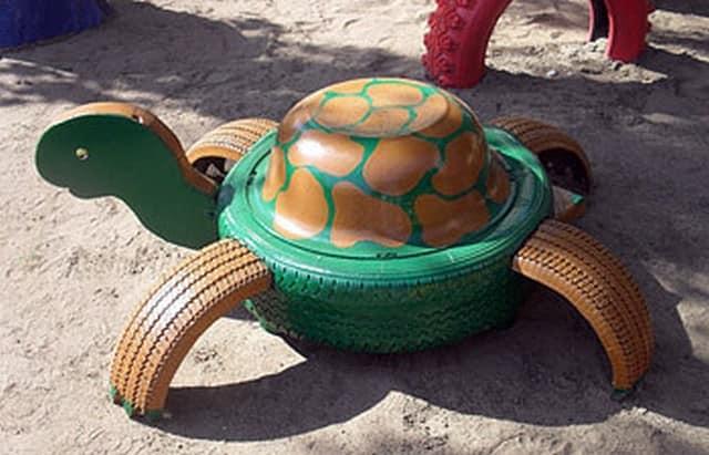 Черепаха из автомобильной шины и эмалированного таза