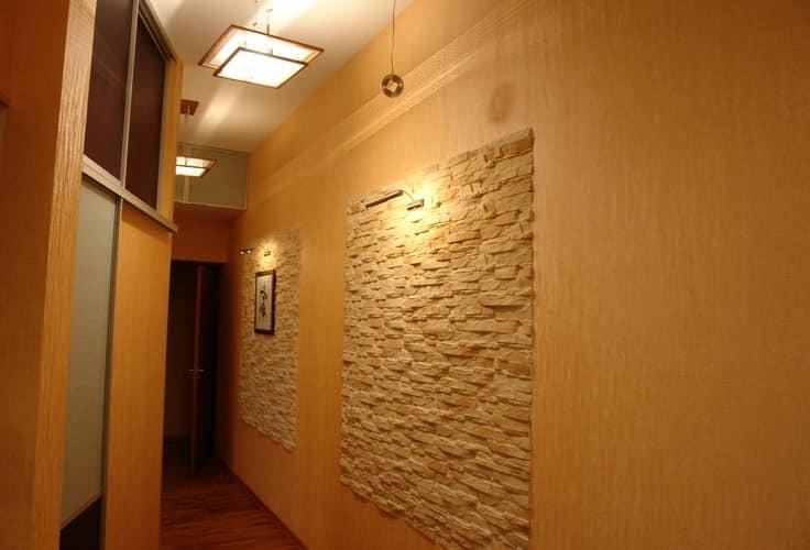 Точечные светильники удачно выхватывают искусственный камень в интерьере прихожей