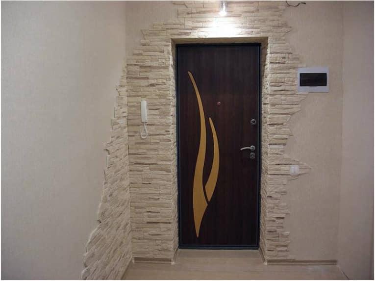 Очень важно в интерьере прихожей декорированной искусственным камнем правильно подобрать свет