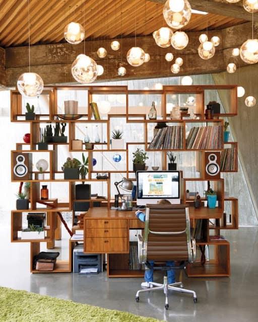 Рабочий кабинет  в стиле максимализма перенасыщен объектами и цветами