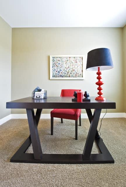 Мебель в таком рабочем кабинете изящна и элегантна, но отнюдь не дешевая