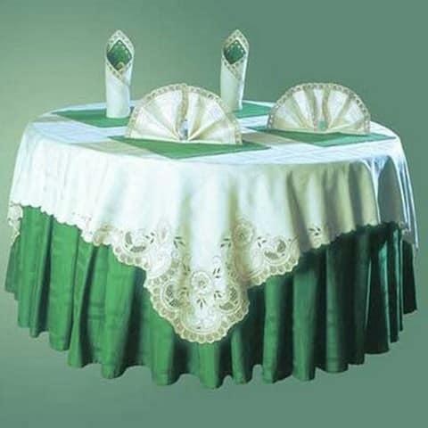Стол круглой формы можно сервировать двумя разными скатертями однрвременно