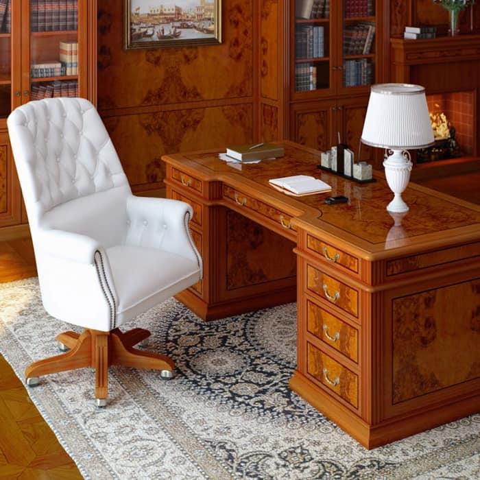 Рабочий стол в классическом стиле для работы дома
