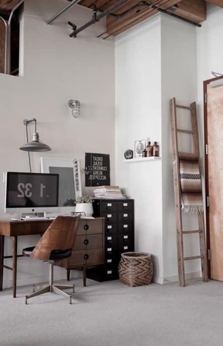 Стол для домашнего кабинета в стиле лофт
