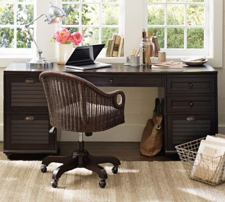 Стол для работы с документами в домашнем офисе