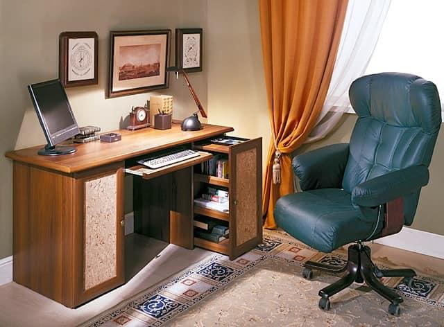 Стол с выдвижной полкой для клавиатуры